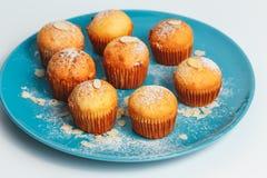 Smakelijke muffins op een plaat Stock Fotografie