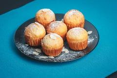 Smakelijke muffins op een plaat Royalty-vrije Stock Foto's