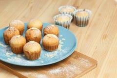 Smakelijke muffins op een plaat Royalty-vrije Stock Afbeeldingen