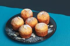 Smakelijke muffins op een plaat Royalty-vrije Stock Fotografie