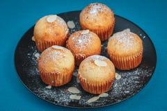 Smakelijke muffins op een plaat Stock Foto's