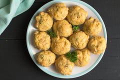 Smakelijke muffins op een plaat Hoogste meningsachtergrond van kaas en hij Royalty-vrije Stock Afbeeldingen
