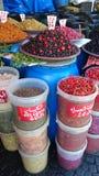 Smakelijke olijven en Spaanse pepers Stock Foto's