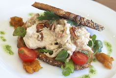 Smakelijke open sandwich op wholewheat brood stock foto's