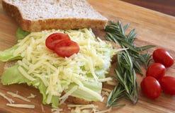 Smakelijke open sandwich op wholewheat brood stock foto