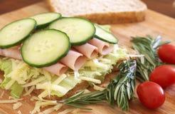 Smakelijke open sandwich op wholewheat brood royalty-vrije stock fotografie