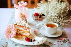 Smakelijke ouderwetse cake met room op de lijst stock foto's