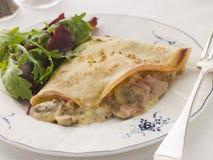 Smakelijke Pannekoek die met de Kaas van de Ham wordt gevuld Stock Afbeeldingen