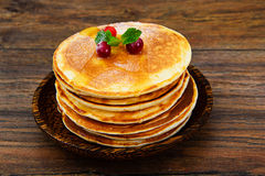 Smakelijke Pannekoeken met Amerikaanse veenbesstapel Stock Afbeeldingen