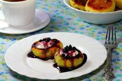 Smakelijke pannekoeken met bosbessenjam Stock Afbeelding