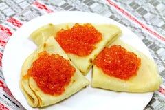 Smakelijke pannekoeken met zachte kaviaar Royalty-vrije Stock Foto's
