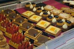 Smakelijke persoonlijke cakes in Sarona-markt, Tel Aviv Royalty-vrije Stock Afbeelding