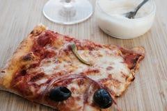 Smakelijke pizza en saus Stock Foto's