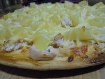 Smakelijke pizza met ananas en kippenclose-up royalty-vrije stock afbeeldingen