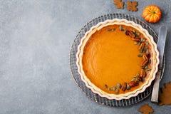 Smakelijke pompoenpastei, scherp gemaakt voor Thanksgiving day in een bakselschotel Grijze steenachtergrond Hoogste mening Royalty-vrije Stock Fotografie
