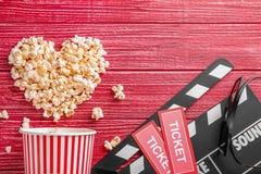 Smakelijke popcorn, kaartjes en dakspaan stock foto's