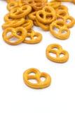 Smakelijke pretzels die op wit worden geïsoleerd stock foto's