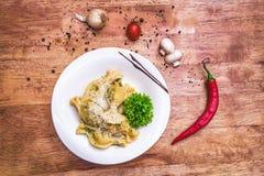 Smakelijke ravioli met parmezaanse kaas Royalty-vrije Stock Afbeeldingen