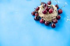 Smakelijke rode die kersen op blauwe suikergoedachtergrond worden geïsoleerd Rode zoete bessen Rijpe sappige rode kers Voedselfot Stock Foto