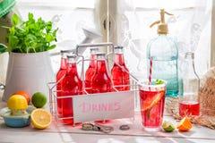 Smakelijke rode orangeade in fles stock afbeeldingen