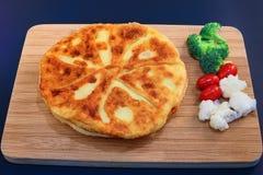 Smakelijke ronde scherp gevuld met feta-kaas stock fotografie