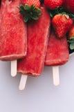 Smakelijke roomijsstokken met aardbeien op een witte achtergrond Royalty-vrije Stock Foto's