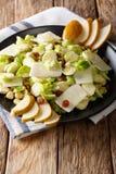 Smakelijke salade van verscheurde Spruitjes, hazelnoten, kaas, rai Stock Foto
