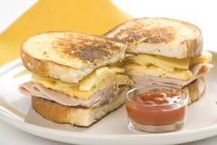 Smakelijke sandwich van ham en kaasomelet Royalty-vrije Stock Foto's