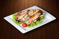 Smakelijke sandwich in witte plaat Stock Foto's