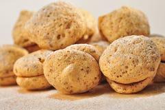 Smakelijke sandwichkoekjes met suikerpoeder op de bovenkant Stock Fotografie