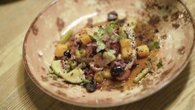 Smakelijke schotel met groenten op plaat actie Close-up van stuk van vlees onder handvol verse groenten met olie stock videobeelden