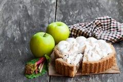 Smakelijke schuimgebakjepastei met rabarber en appel op houten lijst stock afbeeldingen