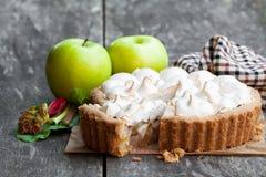 Smakelijke schuimgebakjepastei met rabarber en appel op houten lijst stock fotografie