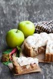 Smakelijke schuimgebakjepastei met rabarber en appel op houten lijst royalty-vrije stock afbeeldingen