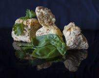 Smakelijke scones met verse kruiden op zwarte achtergrond Stock Afbeeldingen