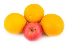 Smakelijke sinaasappelen met appel Stock Afbeeldingen