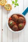 Smakelijke smakelijke rundergehaktvleesballetjes in tomatensaus Stock Afbeeldingen