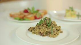 Smakelijke soep met aardappels en rijst, risotto van parelgort en kippenharten Presentatie van klaar maaltijd stock footage