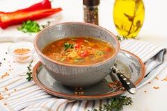 Smakelijke soep met rode linzen, vlees, rode paprika Stock Afbeelding