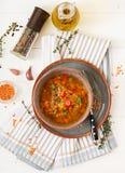 Smakelijke soep met rode linzen, vlees, rode paprika en geurige thyme Royalty-vrije Stock Afbeeldingen