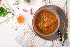 Smakelijke soep met rode linzen, vlees, rode paprika en geurige thyme Royalty-vrije Stock Foto
