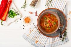 Smakelijke soep met rode linzen, vlees, rode paprika en geurige thyme Stock Afbeeldingen
