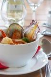 Smakelijke soep op een lijst bij restaurant Royalty-vrije Stock Fotografie