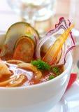 Smakelijke soep op een lijst bij restaurant Stock Foto