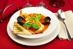 Smakelijke soep op een lijst bij restaurant? royalty-vrije stock fotografie