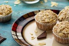 Smakelijke suikermuffins met amandel, okkernoten en chocolade stock foto's