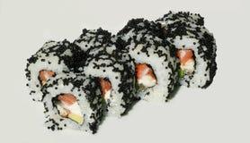 Smakelijke sushi die met vissen en kaviaar worden geplaatst Stock Afbeeldingen