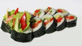 Smakelijke sushi die met vissen worden geplaatst Stock Foto's