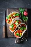 Smakelijke taco's met avocado, kalk en tomatensaus Stock Afbeelding