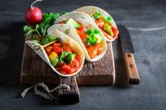 Smakelijke taco's met kruidige kip en verse groenten Royalty-vrije Stock Foto